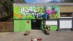 L'entrée de Parc Aventure Aigle qui fait office de billeterie, buvette et location de matériel.