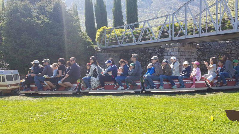 Visiteurs sur les wagons d'un train du Swiss Vapeur Parc