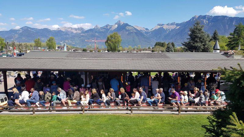 Un train bondé à la gare principale du Swiss Vapeur Parc.