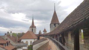 Le chemin sur les remparts et l'église allemande dans la vieille ville de Morat