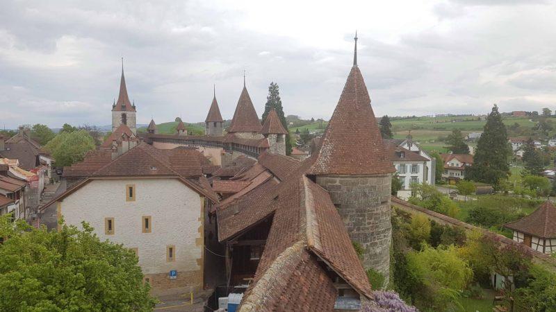 Les murailles et tourelles des remparts de la ville de Morat.