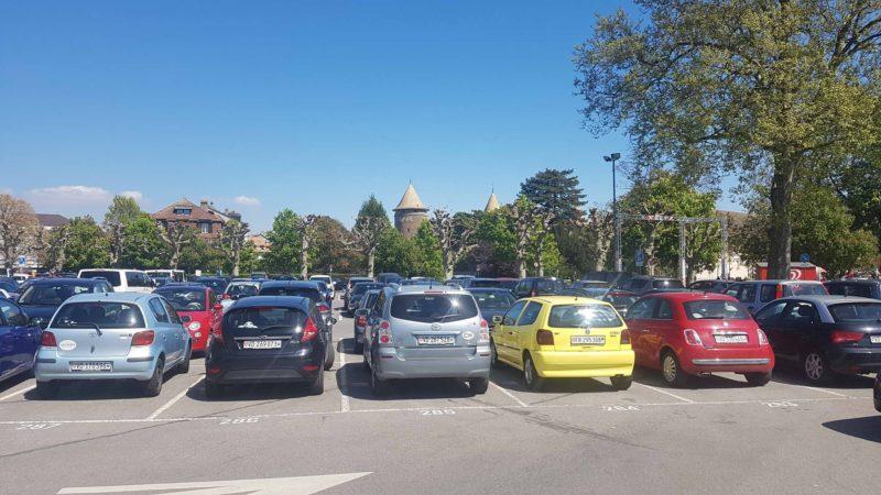 Grand parking payant à côté du château.