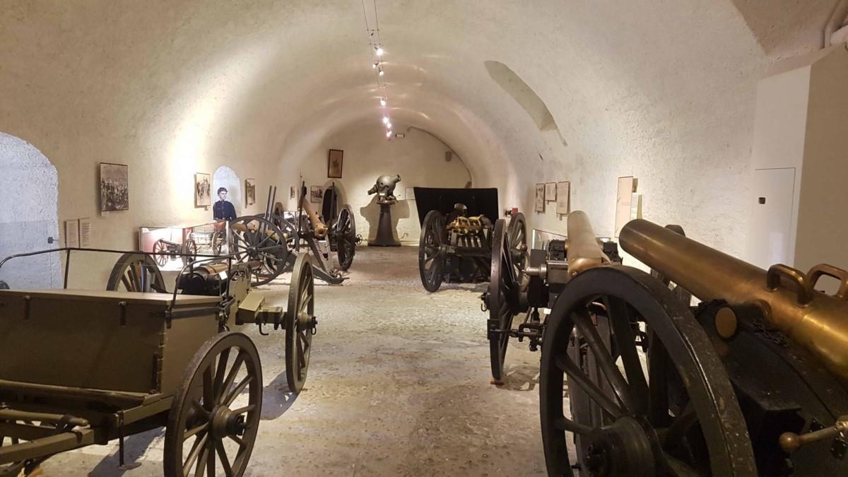 Des pièces d'artillerie dans les caves du château de Morges.