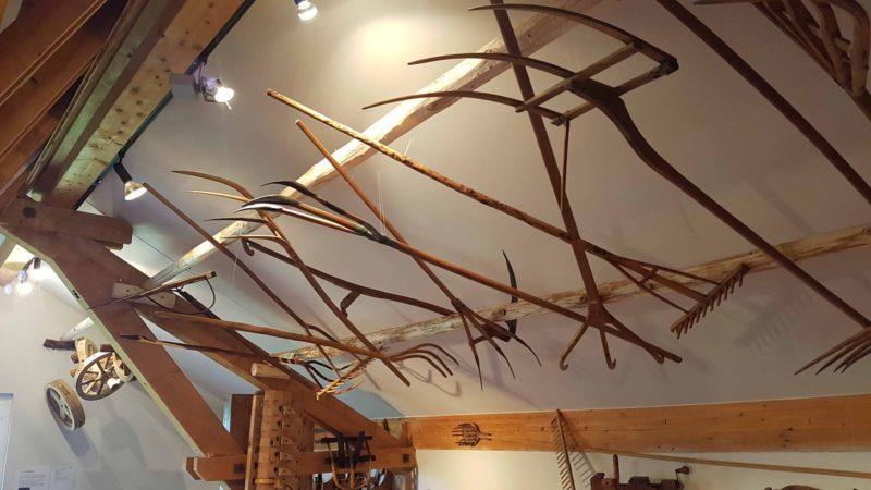 des outils en bois présentés au musée du bois de l'arboretum