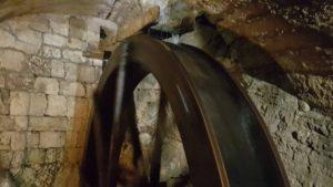 Une route à aube dans les moulins souterrains du Col-des-roches