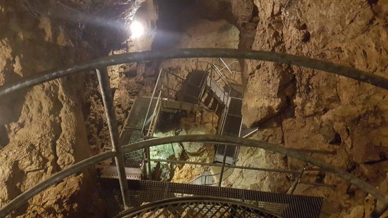 Une vue d'une cavité avec le chemin sur des passerelles métalliques sur le site souterrain.