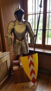 Une armure exposée dans le château de Valangin.