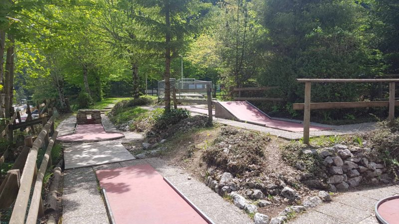 Minigolf proche de la piste de luge d'été au Moléson - parc de loisirs de Moléson