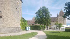 La partie ouest du château de Rolle qui n'a pas de muraille et par laquelle on entre dans la cour du château.