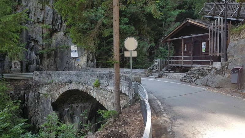 le pont en pierre sur les gorges du Triège