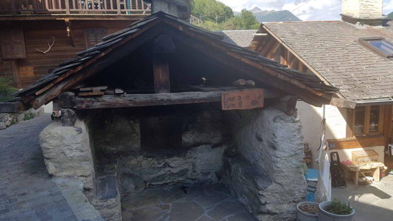 Le hameau du Bochatay avec le four à pain sur le tour des gorges du Triège