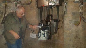 Un guide donnant des explications sur un canon du fort Cindex situé près de la chapelle Norte-Dame du Scex