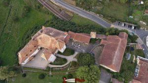 Vue d'avion du château de la Sarraz et du musée suisse du cheval.