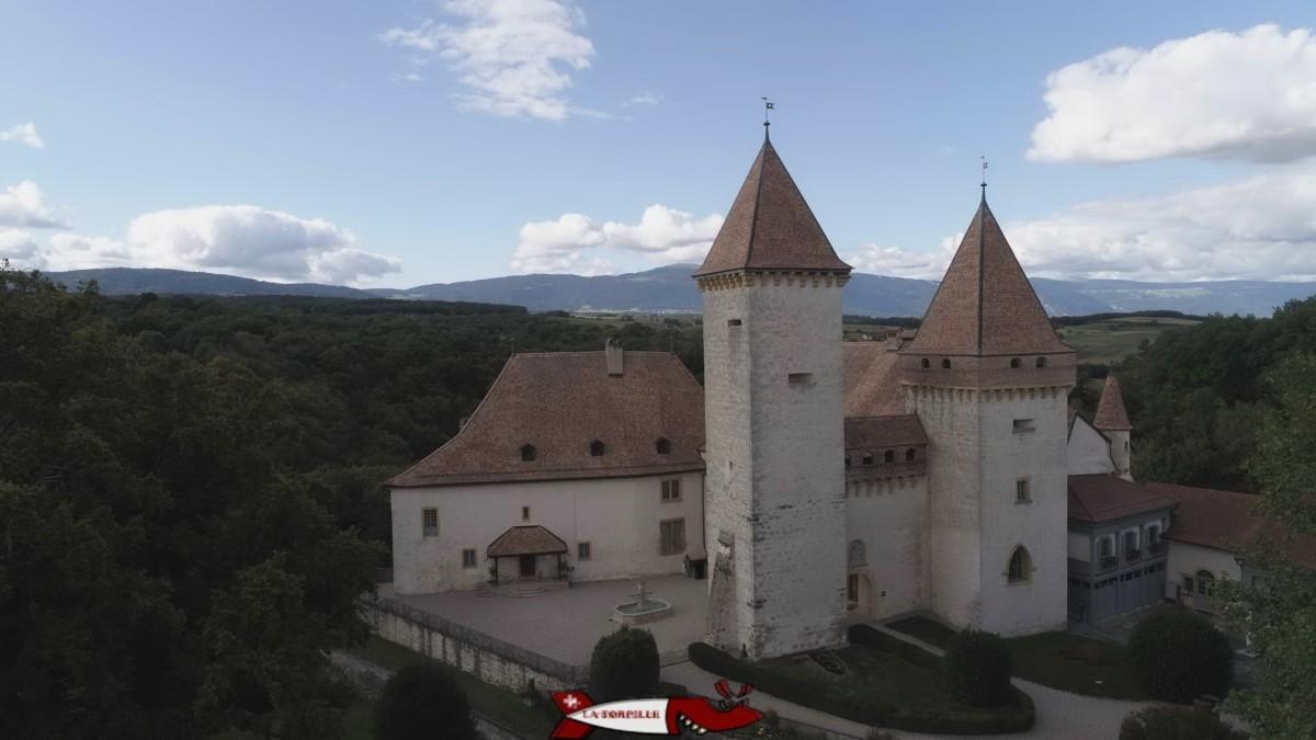 Le château de la Sarraz avec des deux tours.