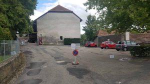 Grand parking à côté du château de la sarraz et du musée du cheval