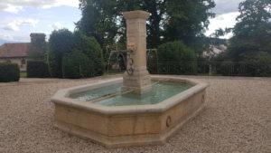 La cour intérieur ouverte avec la fontaine