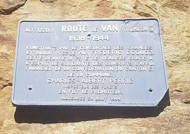 Plaquette en mémoire de la construction de Van d'en Bas près des gorges du Dailley