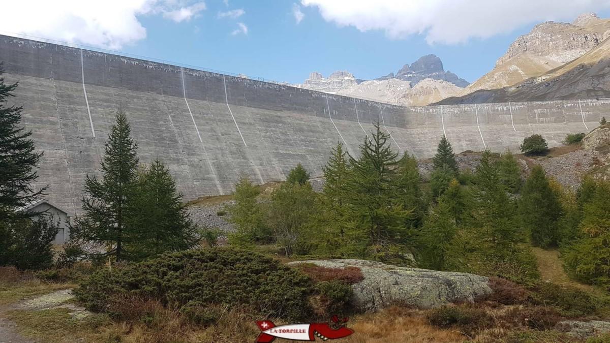 Les marques blanches laissées par les travaux au barrage de salanfe