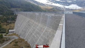 Vertical cut marks made to combat the alkali-aggregate reaction at the Salanfe dam