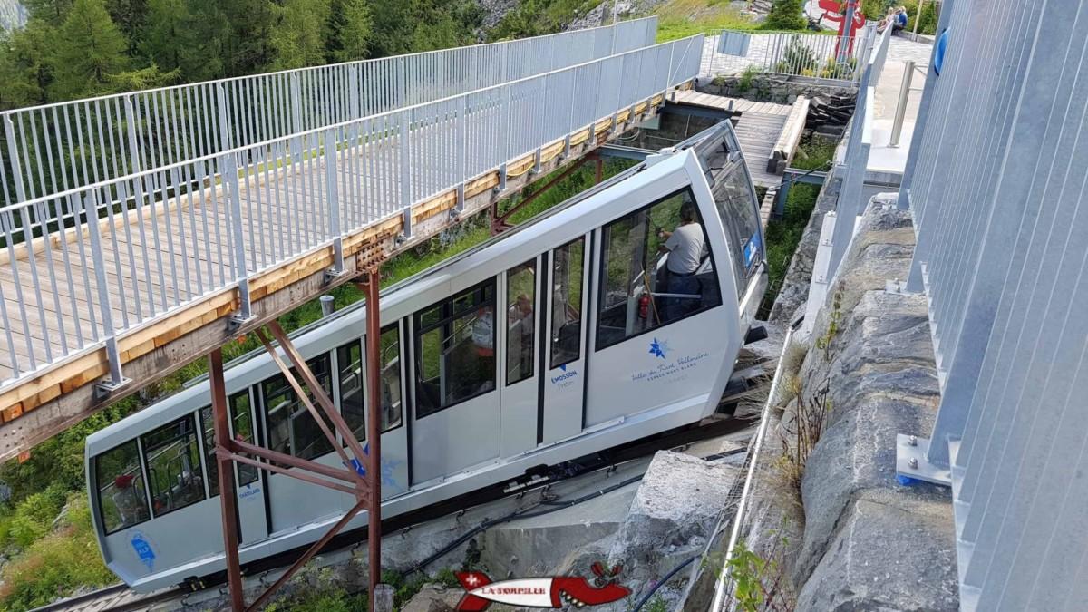 Le funiculaire de Verticalp à la gare supérieur des Montuires.