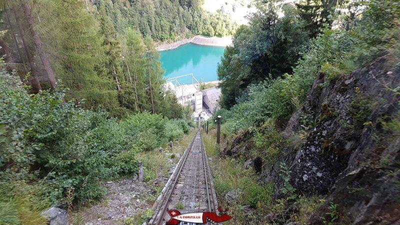 Le bassin de compensation de Châtelard-Village depuis le funiculaire de Verticalp dans le compexe hydroélectrique du barrage d'Emosson