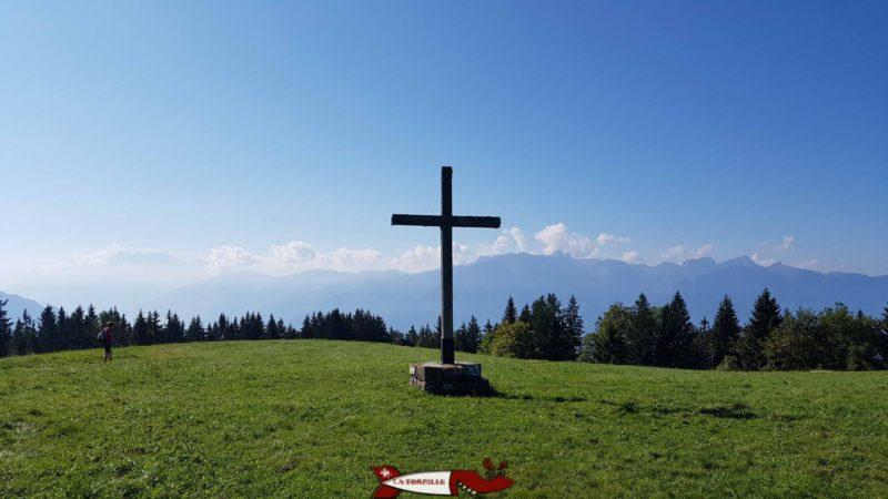 La croix qui symbolise le sommet des Pléiades avec la vue sur les Alpes.