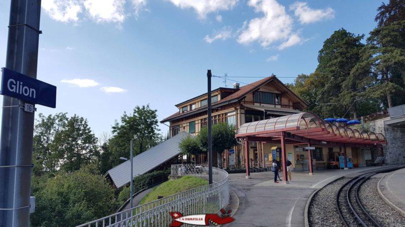 les gares de Glion du funiculaire Territet-Glion et du train Montreux - Rochers de Naye sur le parcours des gorges du chauderon