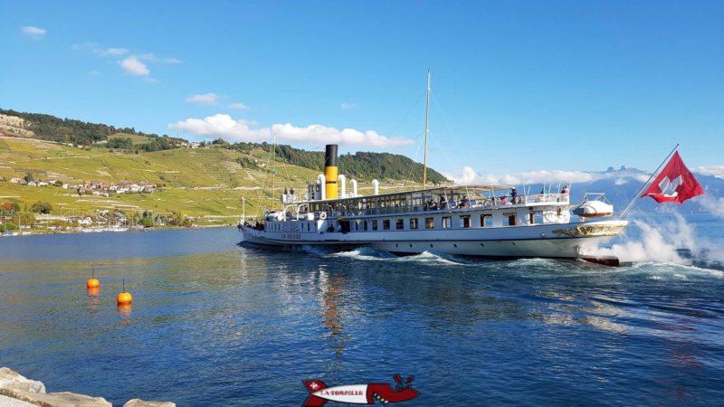 un bateau de la CGN quittant le port de Cully près du point de départ du Lavaux Express Cully