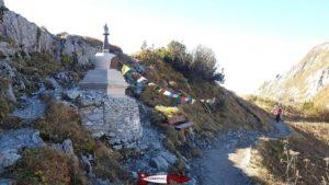 une stupa himalayen proche de la gare d'arrivée du train des rochers de naye