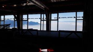 Le restaurant panoramique Plein Roc accessible par un tunnel depuis la gare d'arrivée du train des rochers de naye