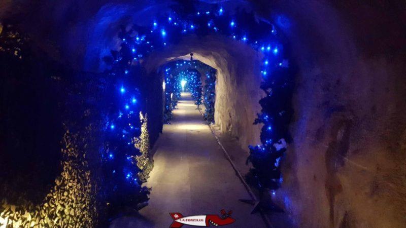 """Le chemin qui mène à """"Plein Roc"""" décoré à Noël."""