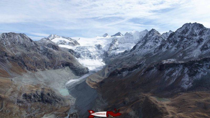 Vue aérienne sur le glacier de Moiry depuis le bout du lac de Moiry formé par le barrage de Moiry