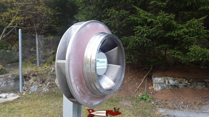Une petite turbine Francis exposée devant l'usine de Mottec dans le val d'Anniviers - complexe hydroélectrique du barrage d'Emosson