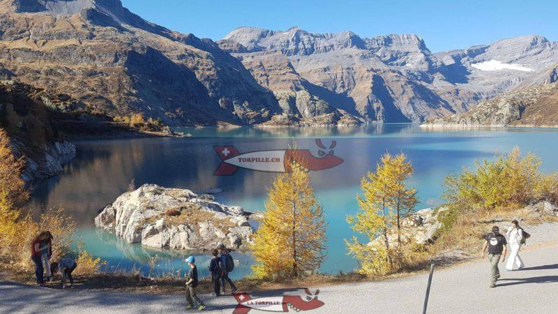 jolie vue sur le lac depuis l'autre côté du couronnement du barrage d'Emosson par rapport au funiculaire.