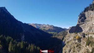 """Les deux pics rocheux situés au jardin de """"La Rambertia"""" tout près des Rochers de Naye vu depuis le barrage de l'hongrin"""
