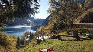 La place de picnic à côté du barrage de l'hongrin