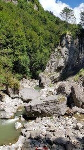 Les gros blocs de rocher dans le lit de la rivière aux Gorges de la Jogne