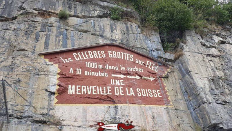 Publicité pour la grotte aux Fées au dessus d'un des parking menant au fort cindey