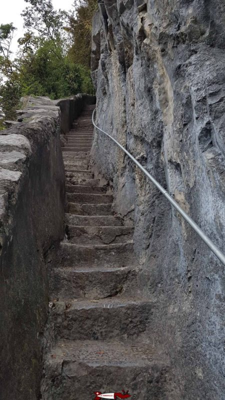 escaliers dans le rocher menant à la chapelle de Notre Dame du Scex