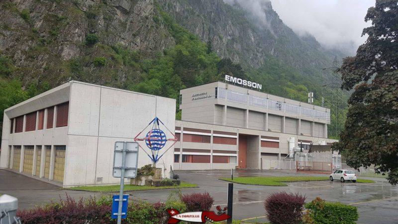 L'usine de la Bâtiaz avec la conduite forcée se séparant en 2 pour les 2 turbines Pelton - complexe hydroélectrique du barrage d'Emosson