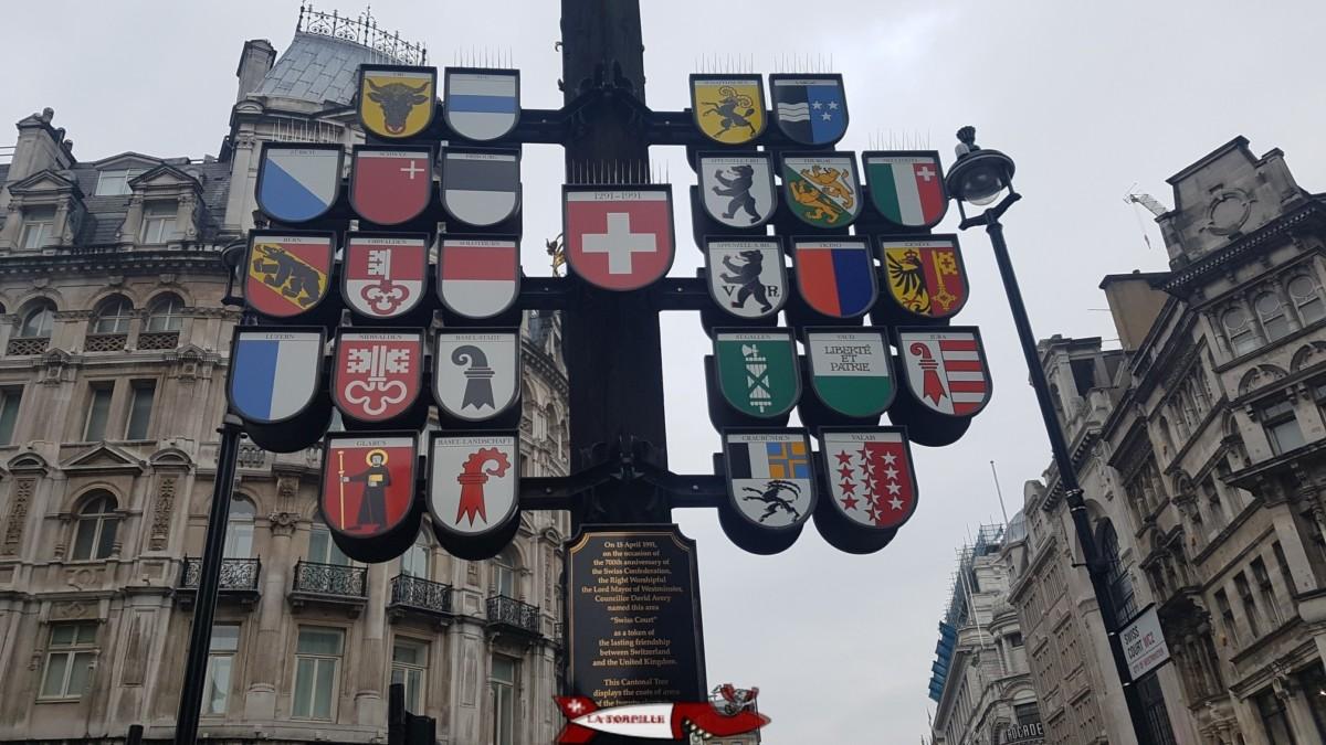 L'Arbre Cantonal Suisse. Une étonnante sculpture en plein coeur de Londres à Leicester Square en l'honneur du 700e anniversaire de la naissance de la Confédération Suisse en 1991.