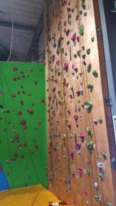 un des deux murs de grimpe pour les enfants au deuxième étage de laniac escalade Bulle