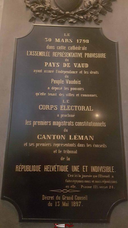 Une plaque commémorative de l'intégration du Canton du Léman dans la République Helvétique en 1798 dans la cathédrale de Lausanne: