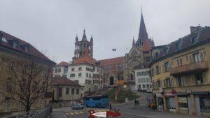 La cathédrale toute proche du château Saint-Maire
