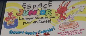Le panneau publicitaire sur le devant d'Espace Junior Aigle.