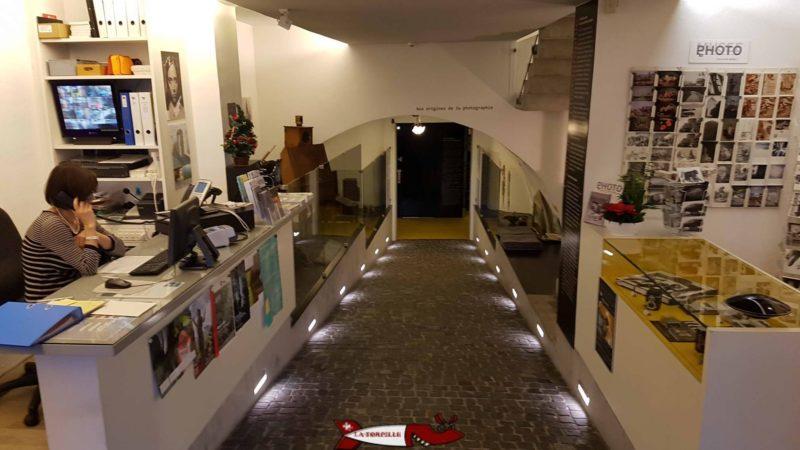 La réception du musée au sous-sol avec le souterrain reliant les deux bâtiments du Musée suisse de l'appareil photographique
