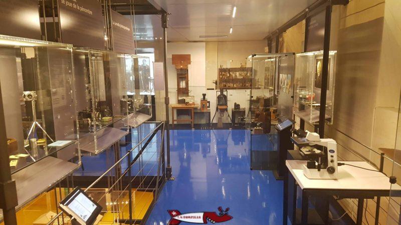 Des vitrines exposant des appareils photo récents au musée suisse de l'appareil photographique de vevey