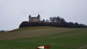 Une vue du château de Champvent depuis le bas