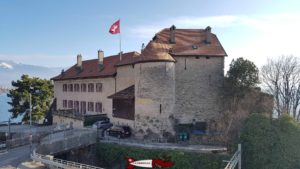 L'ancien donjon du château de Glérolles devant la voie de chemin de fer