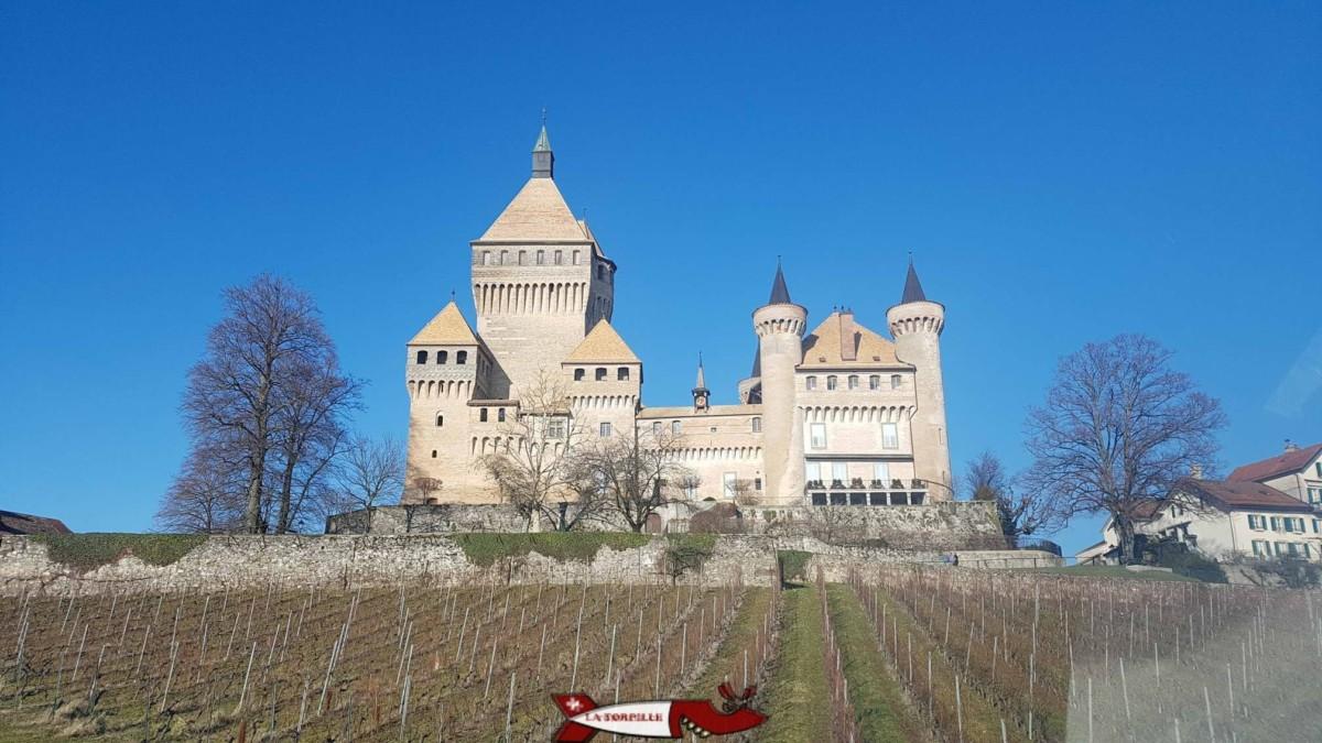 L'imposant donjon du château de Vufflens entièrement en brique.